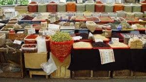 de pie con verduras, especias, nueces