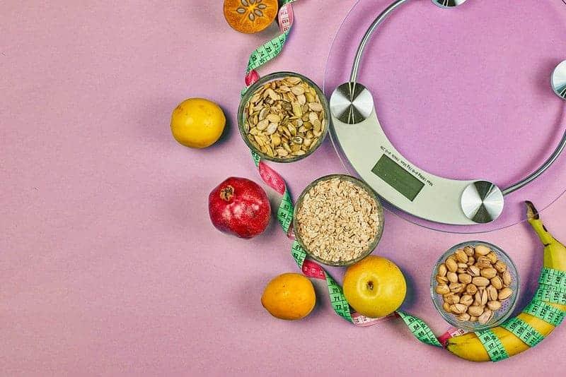 balanzas de cocina y alimentos dietéticos saludables (cereales, frutas)