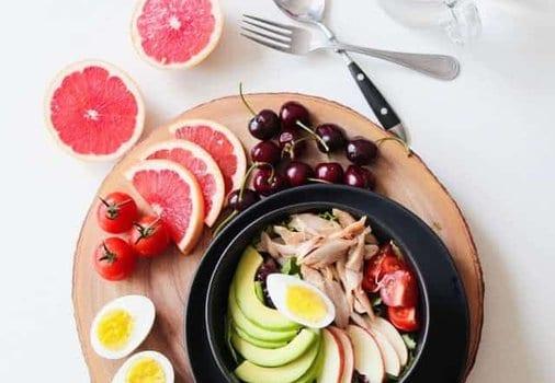 ensalada de aguacate, huevos, verduras