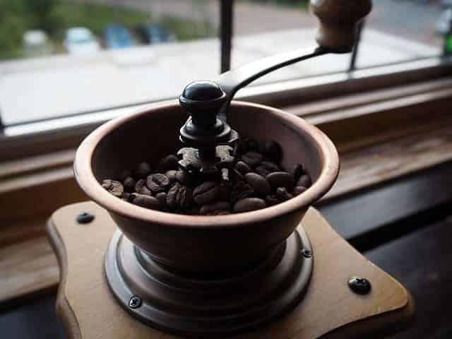 granos de cafe en el molinillo