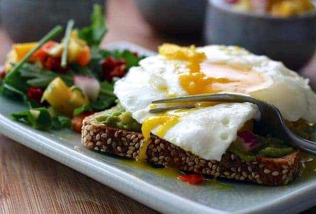 una comida saludable: tostadas integrales con huevos y verduras