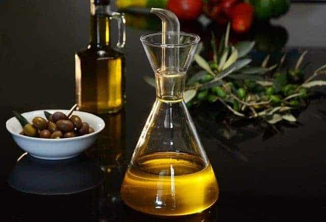 botella de aceite y aceitunas verdes