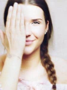 la niña que cubre el ojo, la vista, la visión