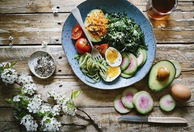 dieta del cerebro, comida sana, huevos, aguacate, espinacas