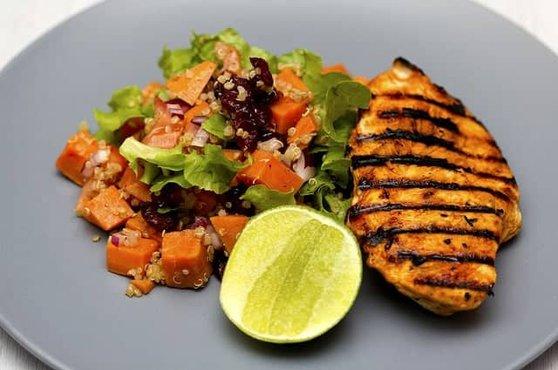 carne a la brasa con verduras y lima