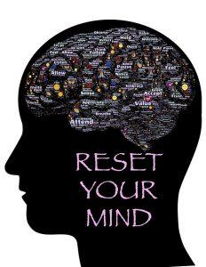 Ilustración que muestra la cabeza, el contorno del cerebro y la inscripción: restablecer la mente