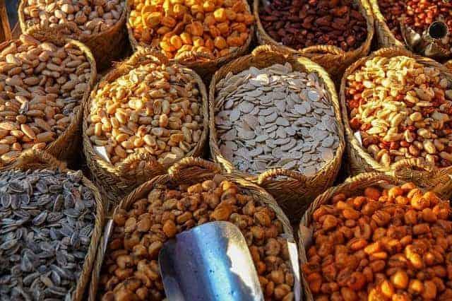 cestas con diferentes tipos de frijoles y nueces.