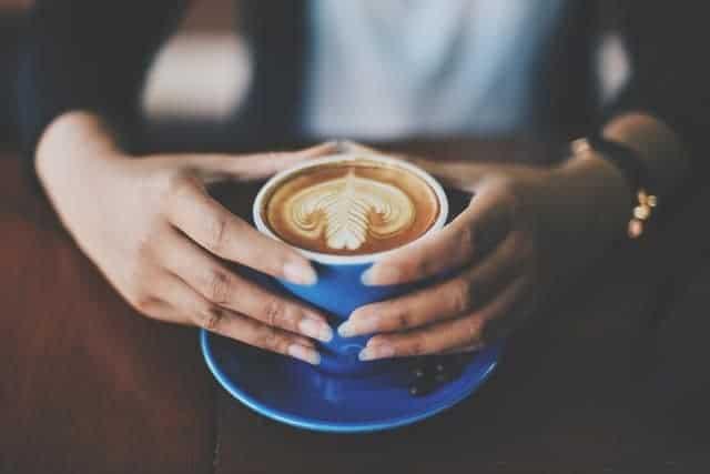 taza de café en la mano