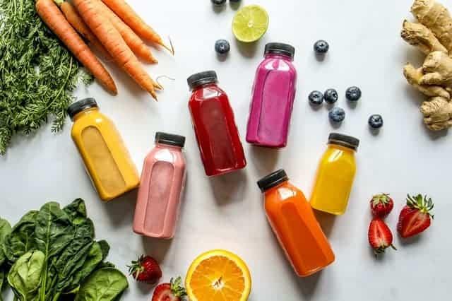 Botella de verduras, frutas y zumos de frutas.