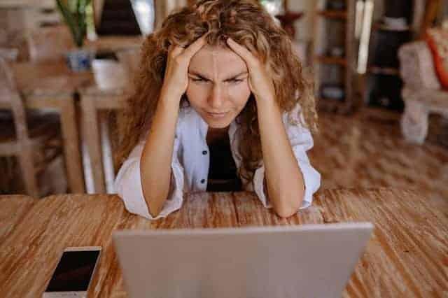 la mujer trabaja en la computadora