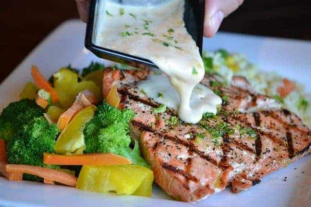 carne a la brasa con salsa y verduras