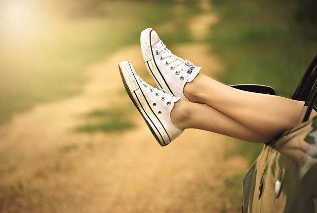 Piernas en zapatillas de tenis