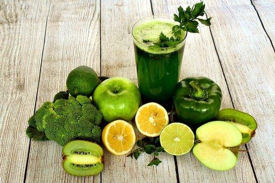 jugo de frutas y verduras verdes