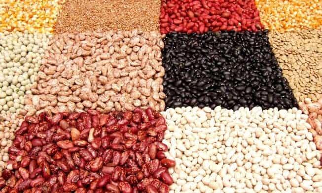 un mercado con nueces, frijoles, semillas